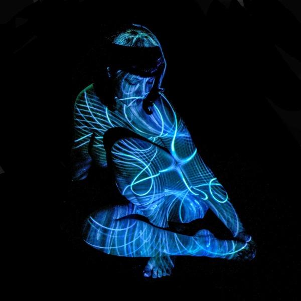 Lara De Angelis blu seduta